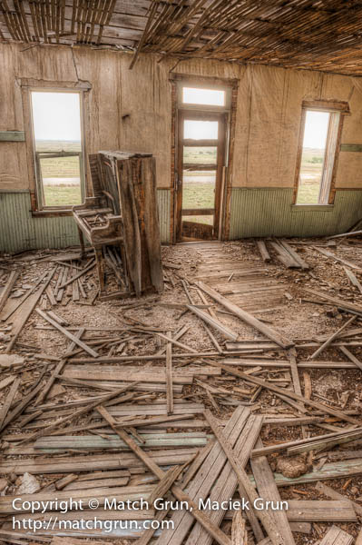 1154-0044-Inside-The-Abandoned-House