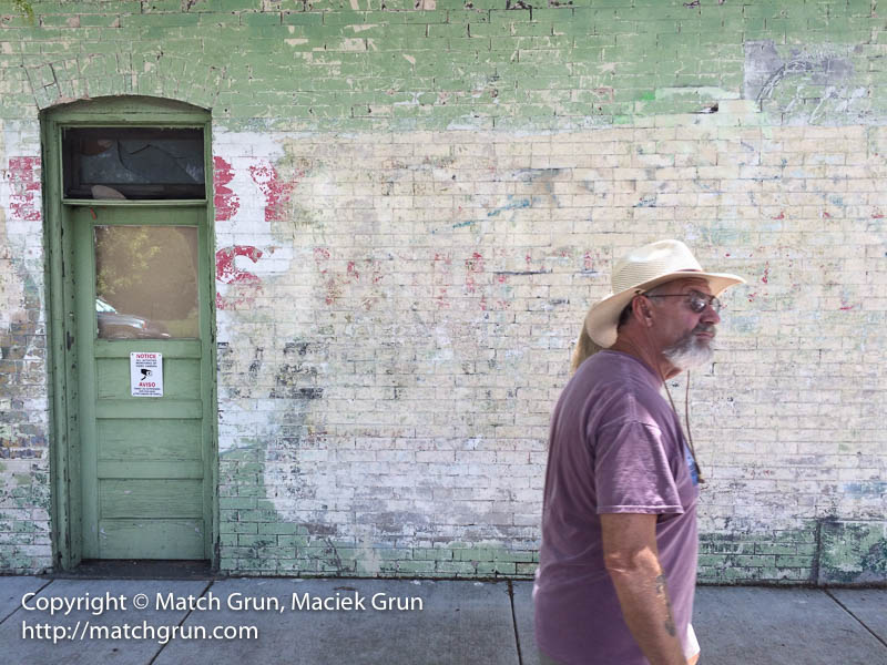 ip5s-6405-Laundromat-Wall-And-Passer-By-No-1